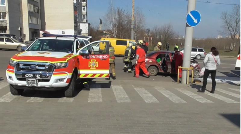 В Сумах після ДТП водія довелось діставати рятувальникам. Фото, відео