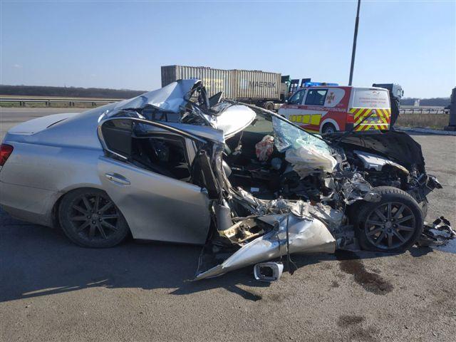 На Черкащині після удару з вантажівкою розтрощило автомобіль. Фото